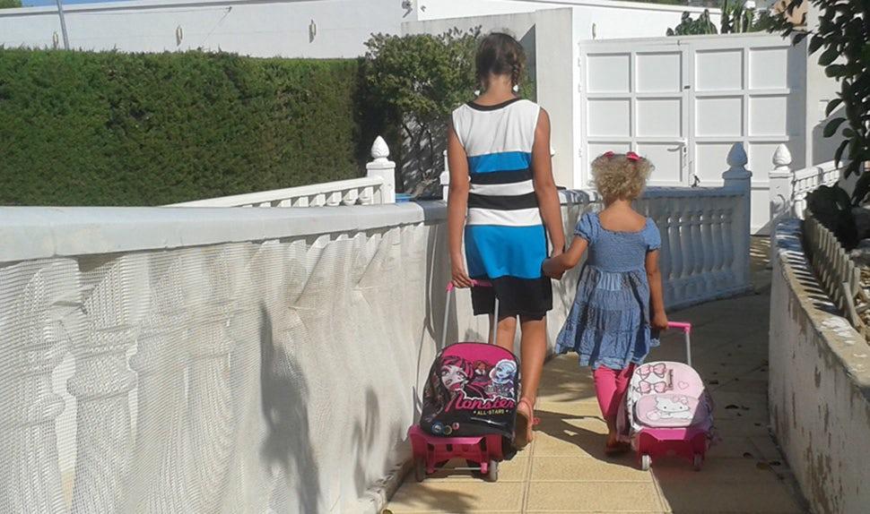 BABYBJÖRN Föräldramagasin – Karin och hennes familj flyttade till Spanien, barnen med resväskor.