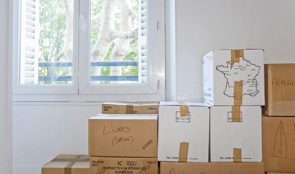 BABYBJÖRN Föräldramagasin – Flyttlådor i väntan på en flytt utomlands med barn.