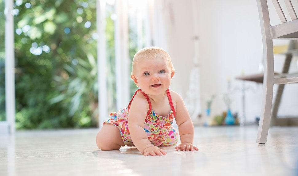 BABYBJÖRN Föräldramagasin – När börjar barn krypa?