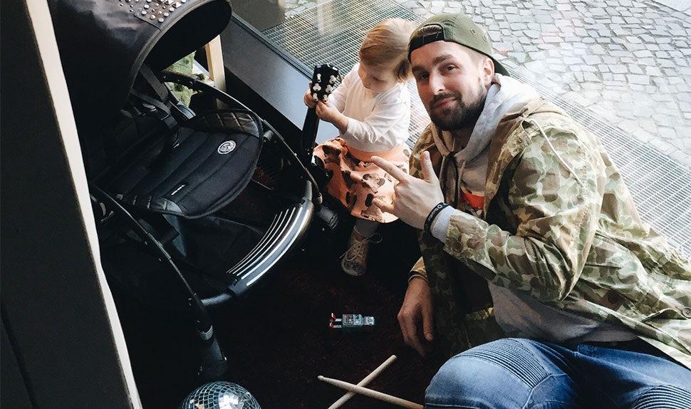 BABYBJÖRN Föräldramagasin – Musikern Simon är pappaledig med sin dotter.