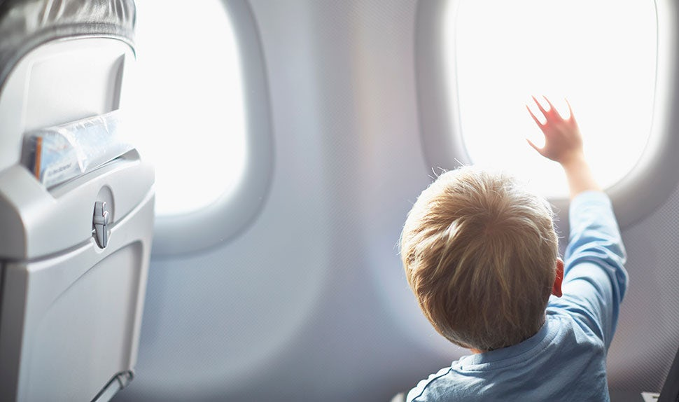 BABYBJÖRN Föräldramagasin – Nyfiket barn som pekar ut genom ett flygplansfönster, så kan man resa med spädbarn.