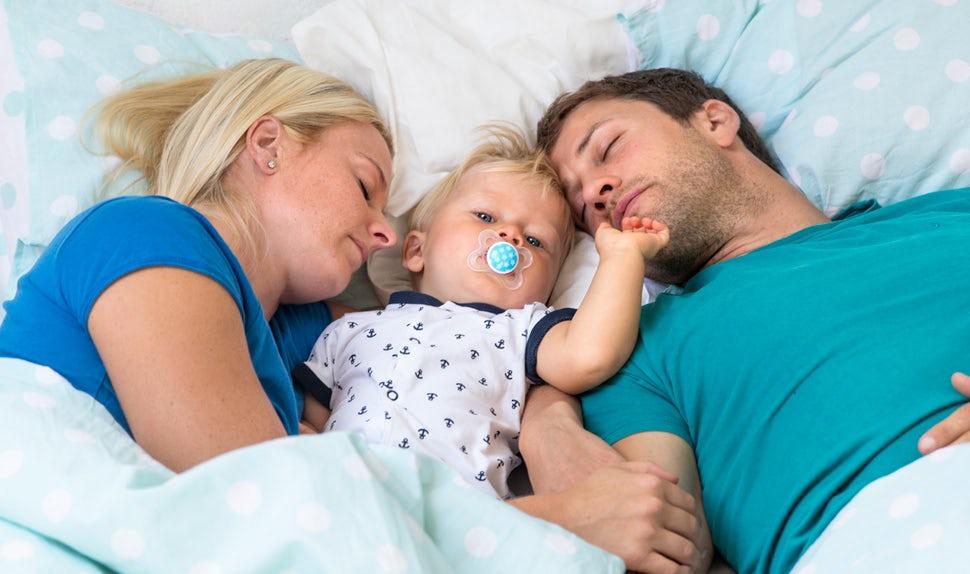 BABYBJÖRN Föräldramagasin – nyfödd sömn. Vakna små barn och föräldrar som är trötta.