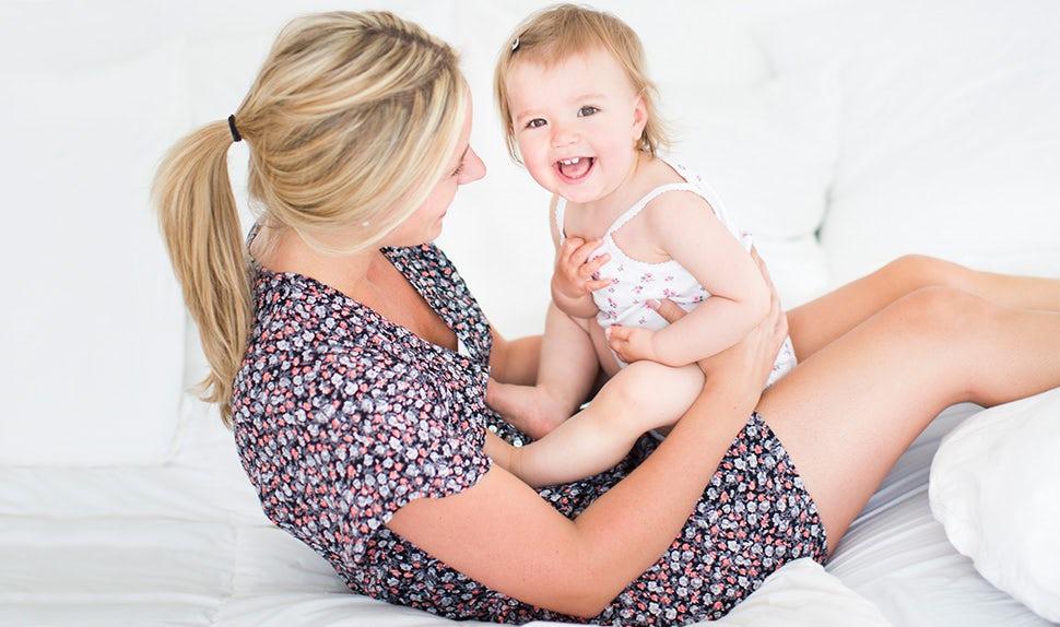 Magazine BABYBJÖRN – Maman tenant son bébé dans ses bras ou les différentes façons d'améliorer la théorie de l'attachement avec l'enfant.
