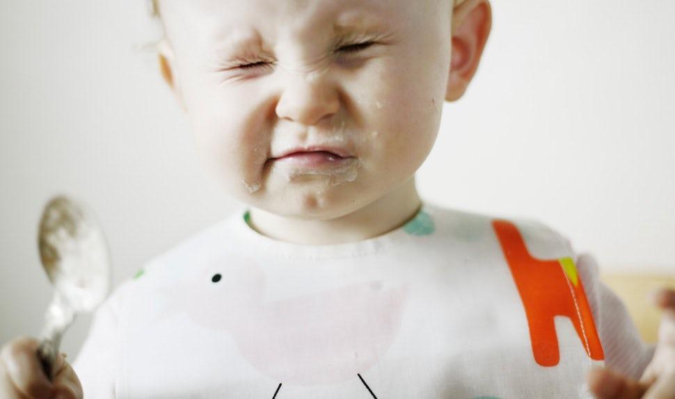BABYBJÖRN Magazine – Happy baby eating baby food