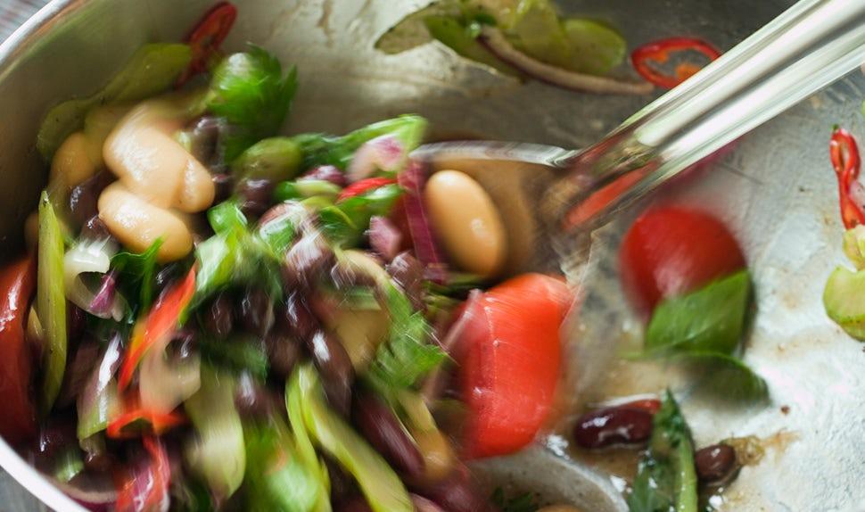 Magazine BABYBJÖRN – L'alimentation pendant la grossesse : une salade de légumes et de haricots donnera une sensation de satiété à la future maman.