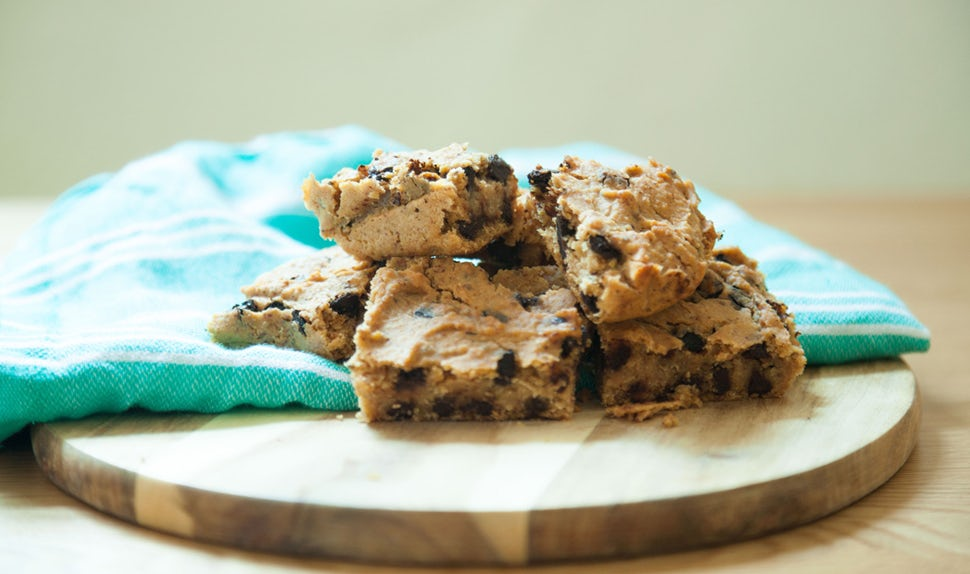 BABYBJÖRN Magazine for Parents – Chickpea blondies with chocolate and oats make a delicious and nutritious snack for toddlers.