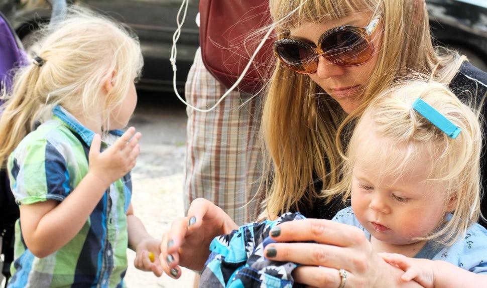 Magazine des parents BABYBJÖRN – L'auteure Maria Hellbjörn et sa famille. Dans cette chronique, elle parle de la vie en tant que parent de jeunes enfants.