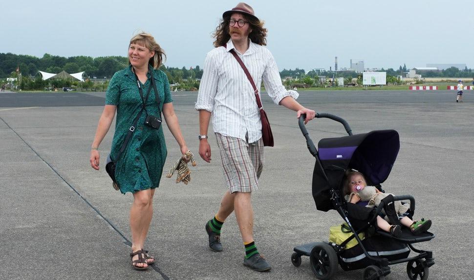 Magazine des parents BABYBJÖRN – Maria Hellbjörn est mère de jeunes enfants et auteure de cet article. La voici ici avec sa famille.