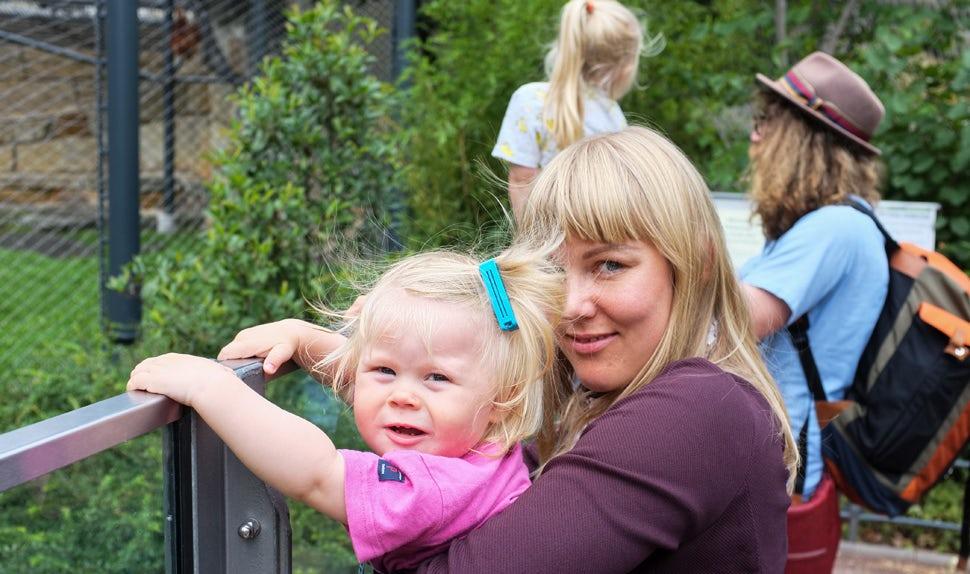 Magazine des parents BABYBJÖRN – Mère de jeunes enfants et auteure d'articles, Maria Hellbjörn en excursion avec sa famille.