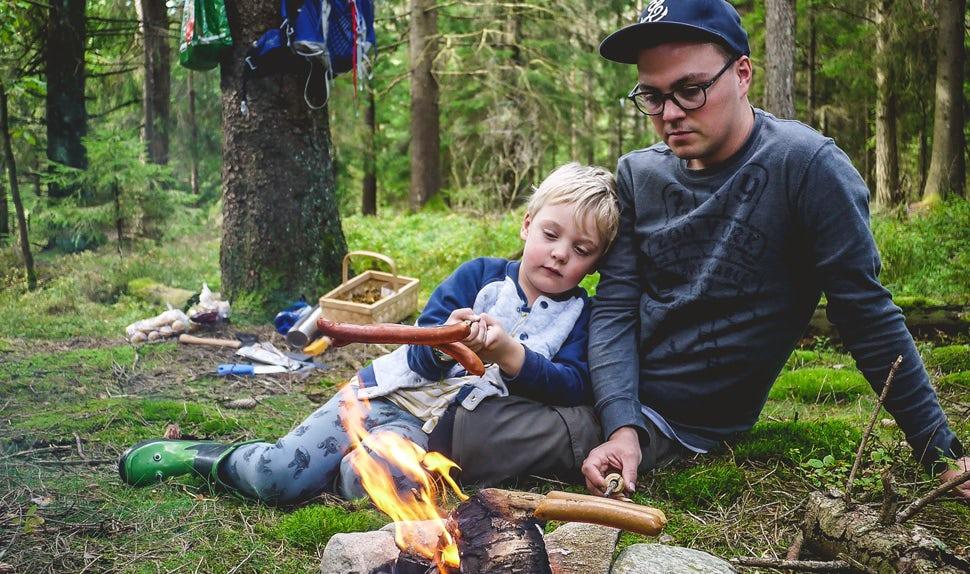 BABYBJÖRN Föräldramagasin – Joacim och Karolina, familjen Matkoma, lagar lika gärna mat utomhus som hemma vid spisen.