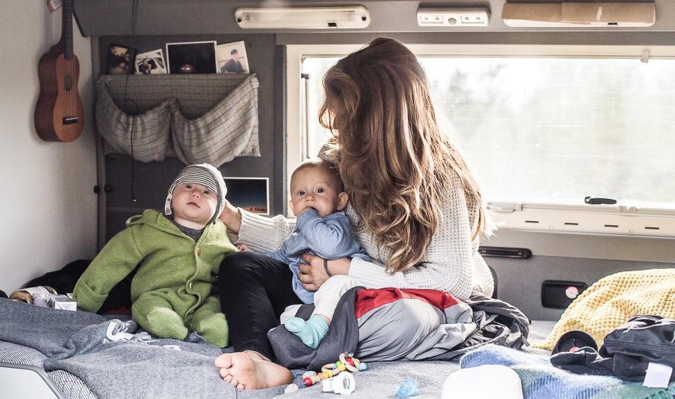 BABYBJÖRN Magazine - Juli, la maman, et ses deux filles jumelles dans le camping-car.