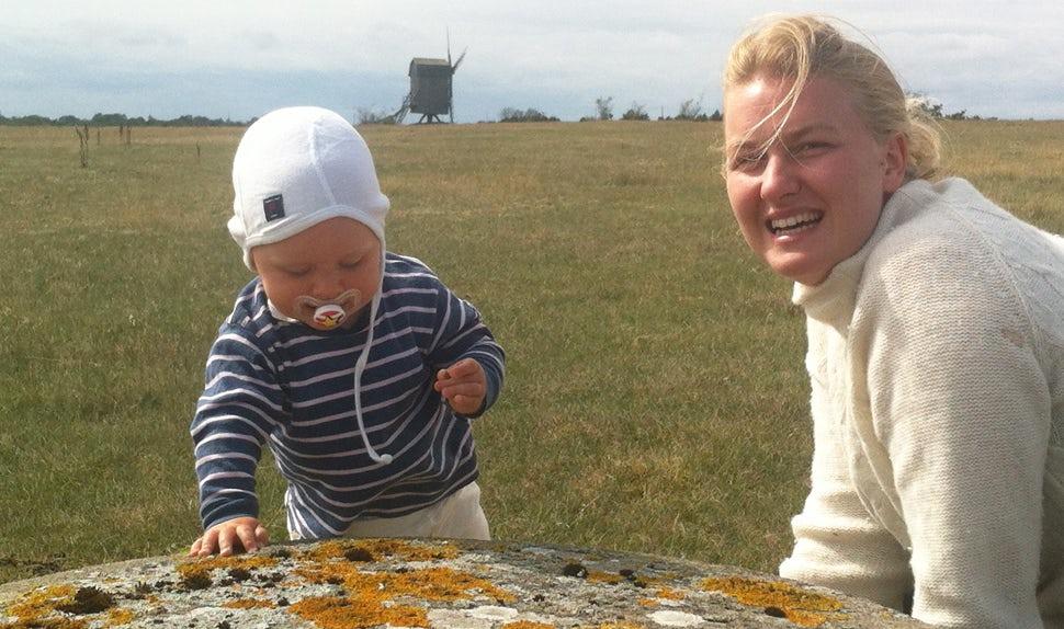 Magazine BABYBJÖRN – Récit d'accouchement d'Anna Winberg, ici avec son fils Isidor.