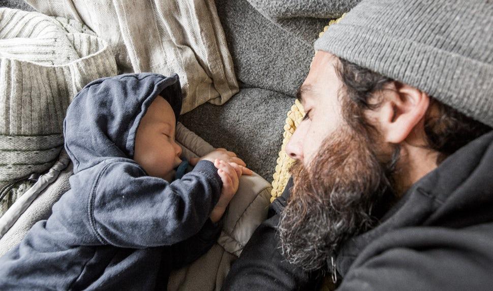BABYBJÖRN Föräldramagasin – Pappa Christian och bebis vilar tillsammans i campingbussen.