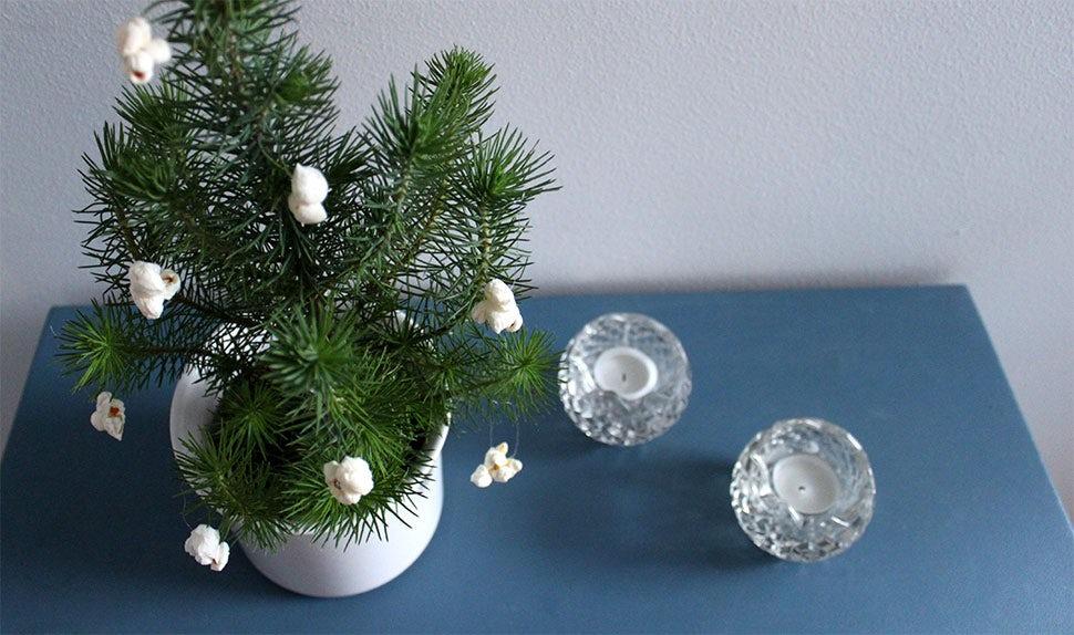 Magazine BABYBJÖRN – Décorations de Noël comestibles faites avec des fruits, du sucre, du maïs soufflé, des bonbons et des herbes aromatiques.