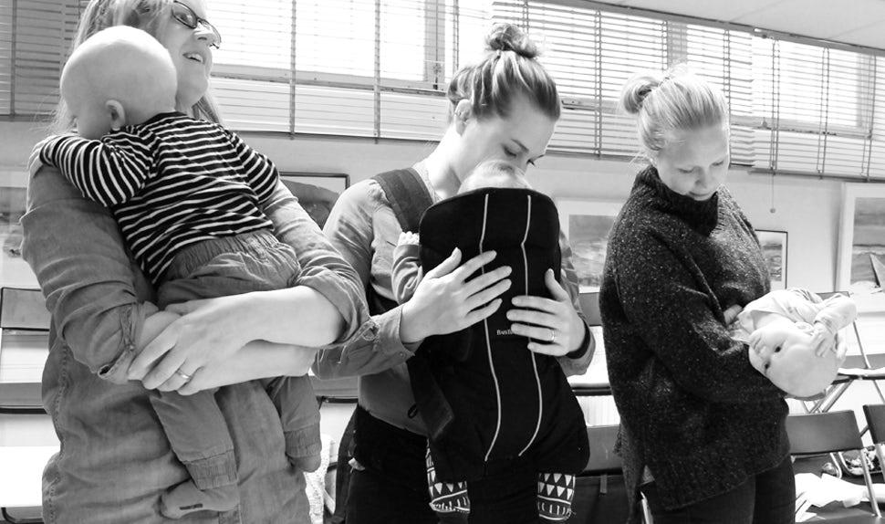 BABYBJÖRN Magazin – Drei Mütter tragen ihre Babys in der Babytrage oder auf dem Arm.