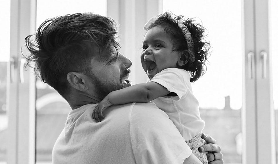 Revista BABYBJÖRN – Dadstories: aquí está el papá vloguero Joshua Harris con su hija Darcy en brazos.