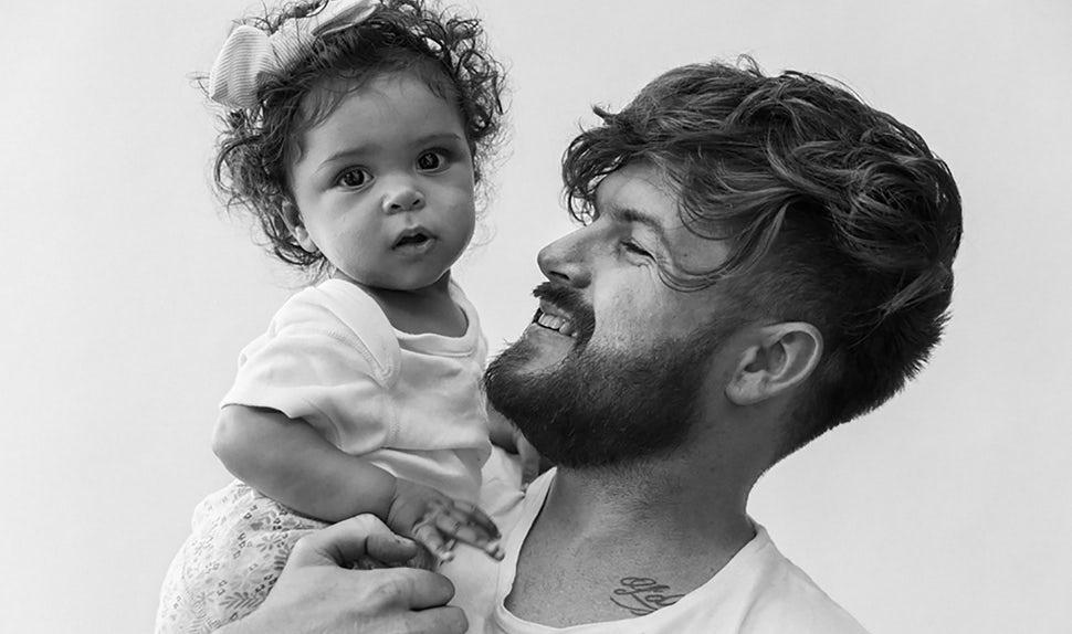 Revista BABYBJÖRN – Dadstories, aquí el papá Joshua nos cuenta el nacimiento de su hija.