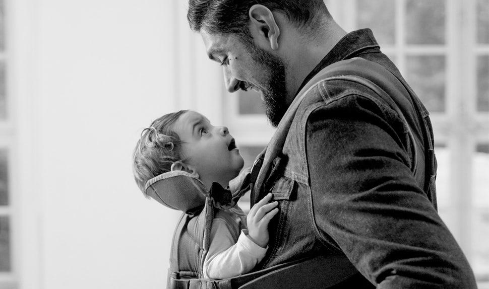 Revista BABYBJÖRN – Dadstories, aquí el papá Kim nos cuenta sobre el tratamiento de FIV y cómo fueron padres.