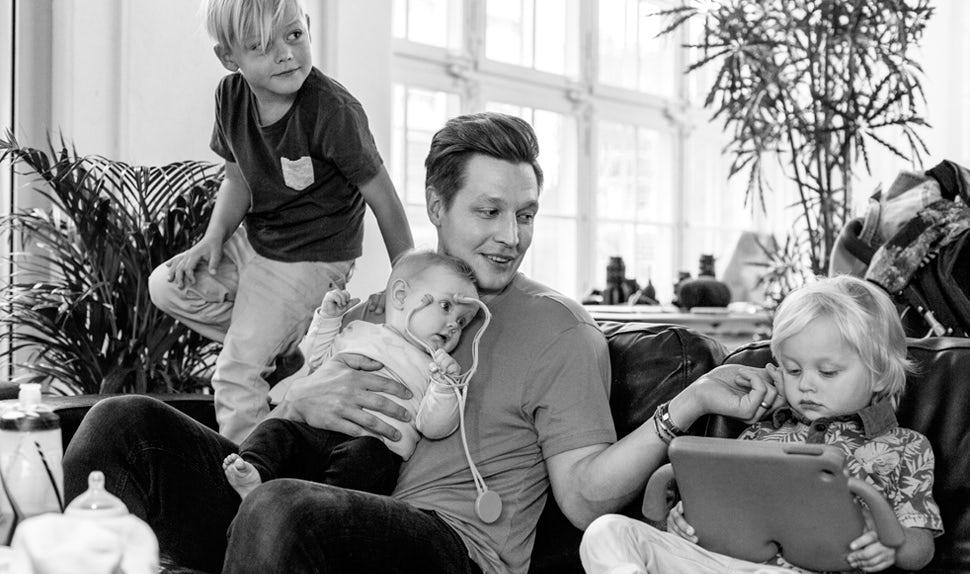 Revista BABYBJÖRN – Dadstories, aquí el papá Mikael nos cuenta sobre tener tres hijos y el deseo de tener más.