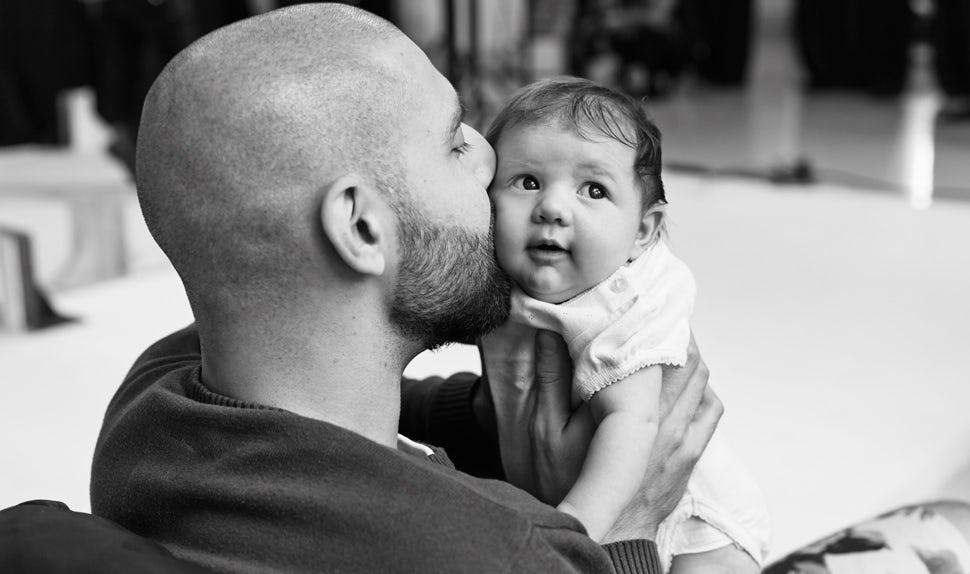 Revista BABYBJÖRN – Dadstories, aquí el papá Pierre nos cuenta el miedo que tenía cuando tuvo hijos.