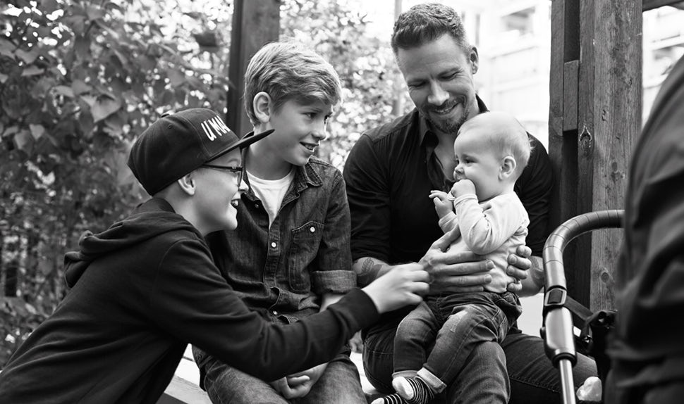 Revista BABYBJÖRN – Dadstories, aquí el papá Stefan nos cuenta sobre tener hijos grandes y tener un bebé de nuevo.