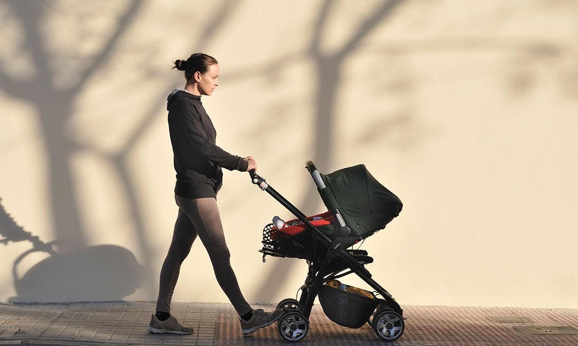 BABYBJÖRN Magazin – Spaziergänge sind ein gutes Training nach einem Kaiserschnitt und lassen sich gut in den Alltag junger Eltern einbauen.