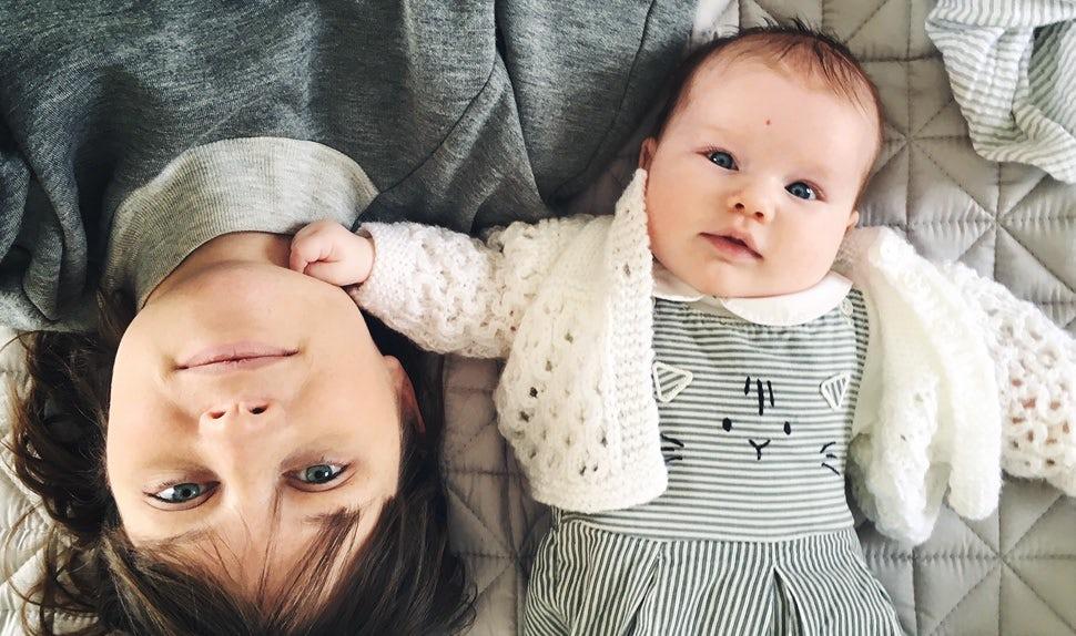 Revista BABYBJÖRN – Consejos para un embarazo feliz de la bloguera y mamá Nicola, aquí haciendo mimos a su pequeña recién nacida.