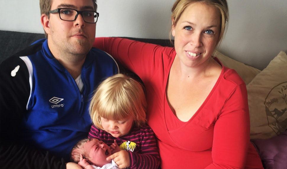 BABYBJÖRN Elternmagazin – Geburt im Auto für diese Familie: Tina, Robin und ihre beiden Töchter.