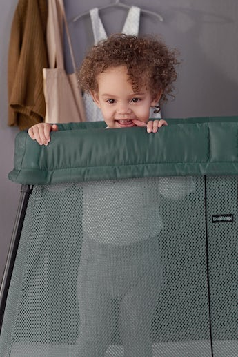 Travel Crib Light in Dark Green Mesh - BABYBJÖRN