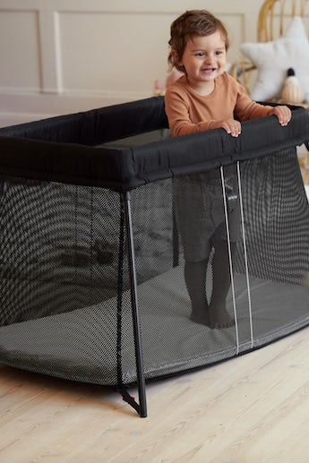 Travel Crib Light in Black in airy and soft mesh - BABYBJÖRN