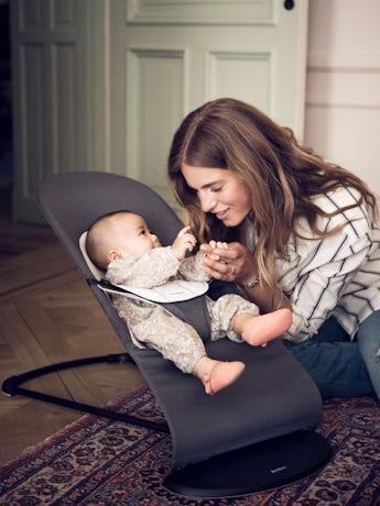 Babysitter Balance Soft i Mörkgrå-grå Cotton Jersey - BABYBJÖRN