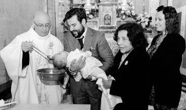BABYBJÖRN Magazin – Andächtige Taufe in einer italienischen Kirche.