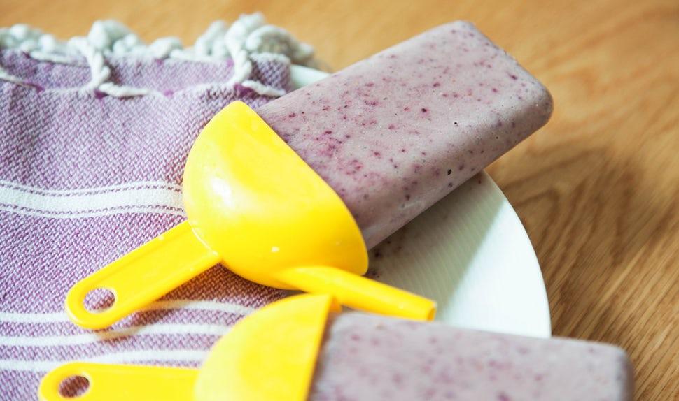BABYBJÖRN Elternmagazin – Eis am Stiel aus cremigem Joghurt, Beeren und anderem Obst.