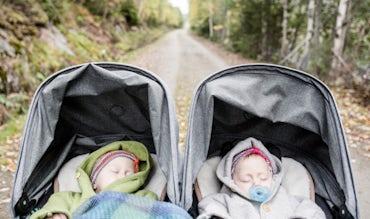 BABYBJÖRN Magazin – Die Zwillinge schlafen in ihrem Kinderwagen.