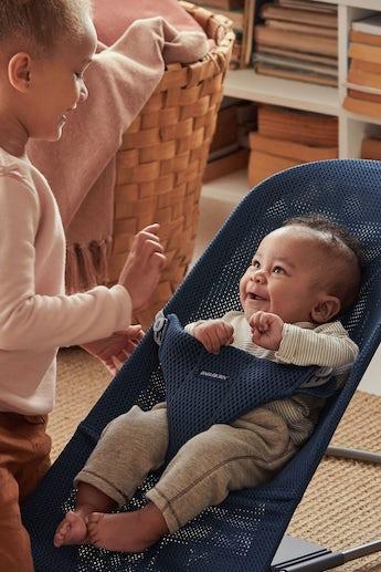 Babysitter Bliss i Mariblå lufitig och mjuk mesh - BABYBJÖRN