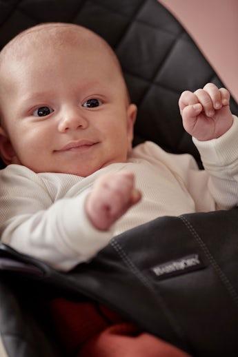Babysitter Bliss i Svart quiltad bomull - BABYBJÖRN