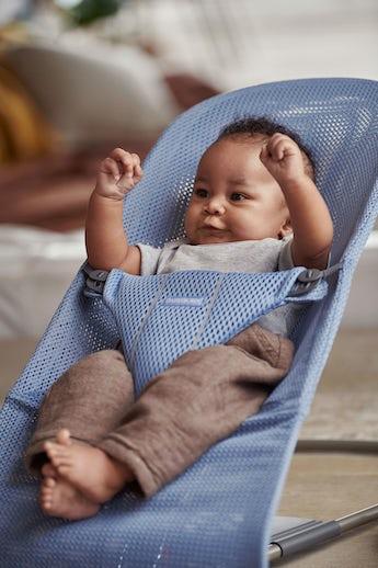 Babysitter Bliss i Gråblå lufitig och mjuk mesh - BABYBJÖRN