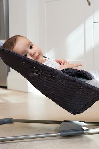Babysitter Bliss Antracitgrå i luftig Mesh - BABYBJÖRN