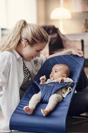 Babysitter Bliss i Midnattsblå mjuk kviltad bomull - BABYBJÖRN