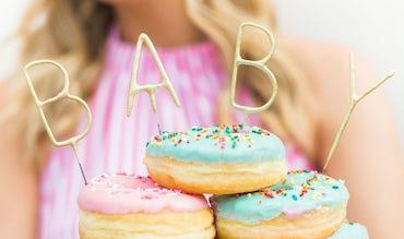 BABYBJÖRN Magazin – Farbenfroh verzierte Donuts sind eine perfekte Babyparty-Deko.