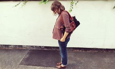 Revista BABYBJÖRN – La bloguera Nicola Friend del Reino Unido pone en tela de juicio si el hipnoparto funciona de verdad; aquí la vemos embarazada de su primer hijo.