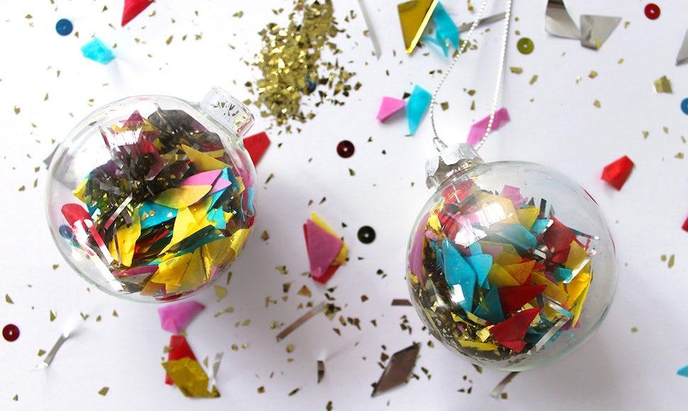BABYBJÖRN Magazin – Weihnachtsinspiration: Mit Konfetti und Glitter gefüllte Baumkugeln.