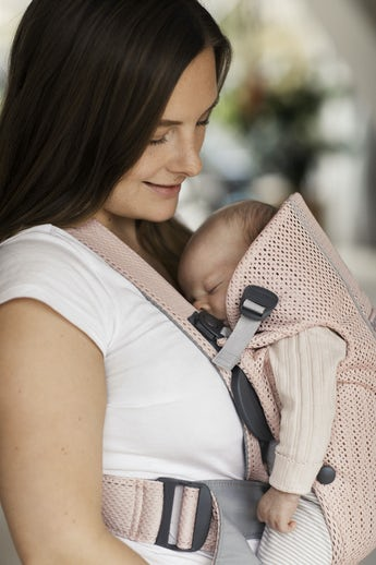Babytrage Mini Perlmuttrosa aus luftigem 3D Mesh - BABYBJÖRN