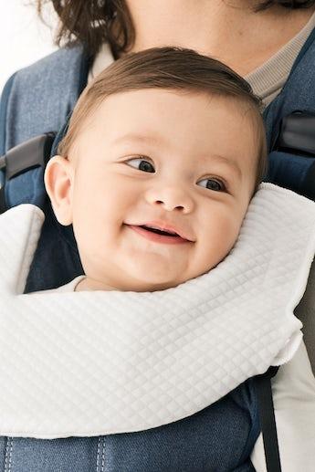 Lätzchen für Babytrage One Weiss - BABYBJÖRN