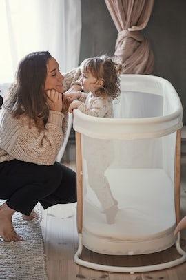 Babysäng vit i luftig mesh och trä - BABYBJÖRN