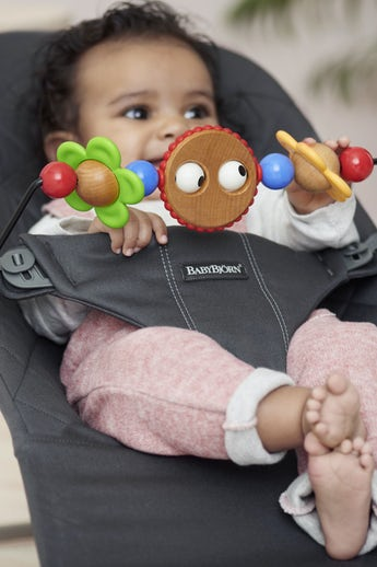 Babywippe Bliss Anthrazitgrau in Baumwolle mit Spielzeug Fröhliche Augen - BABYBJÖRN