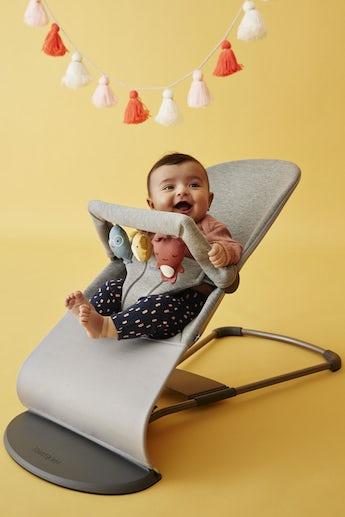 Babywippe Bliss Hellgrau 3D Jersey mit Spielzeug Weiche Freunde - BABYBJÖRN