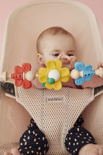 Babywippe Bliss Perlmuttrosa in Mesh mit Spielzeug Fliegende Freunde - BABYBJÖRN