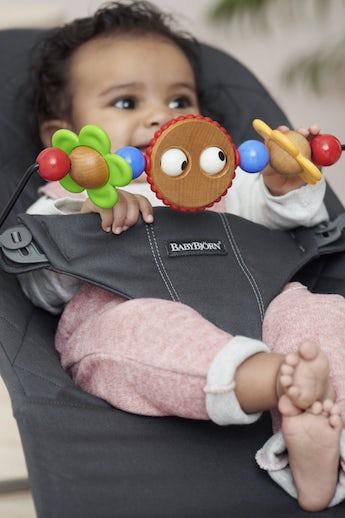 Hamaca Bliss Antracita Algodón con juguete Ojitos Traviesos - BABYBJÖRN