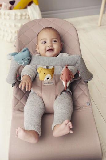 Babywippe Bliss Altrosa in Cotton mit Spielzeug Weiche Freunde - BABYBJÖRN